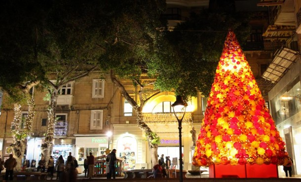 3425763332-IMG0513-Mdina-Glass-Christmas-Tree-wows-Sliema-shoppers-qwT