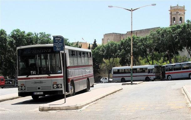 Autobuses en la parada de Rabat, en Gozo